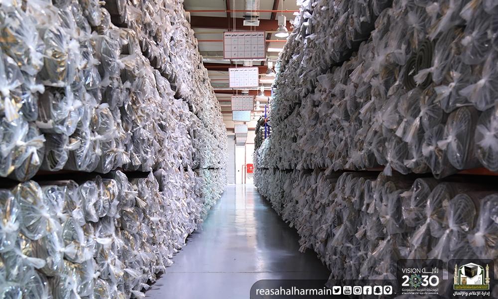 Чистка ковров в мечети Аль-Харам
